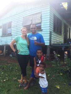 24.2 jag och min ena handledare utanför hans hus som inte längre är beboeligt och revs ett par dagar senare